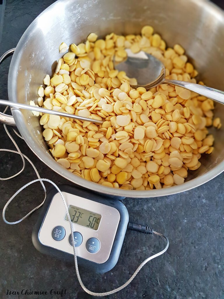 Hülsenfrüchte für die Fermentation zu Tempeh auf 32 °C abkühlen.
